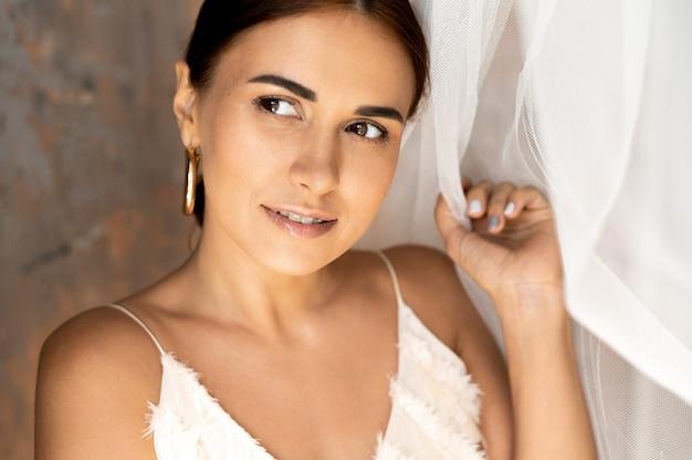 Portrait de femme belle en robe blanche