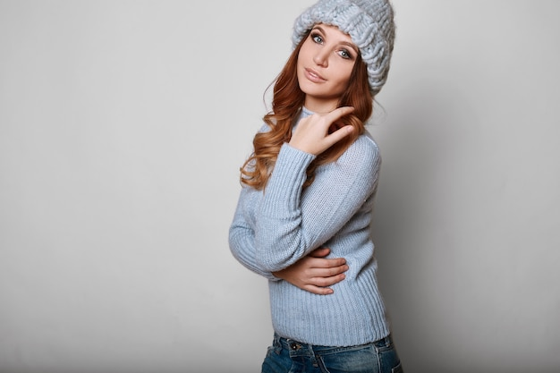Portrait de femme belle rouquine en pull