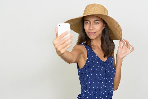 Portrait de femme belle touriste multi ethnique prenant selfie