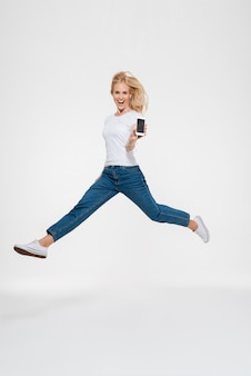 Portrait d'une femme blonde décontractée excitée heureuse