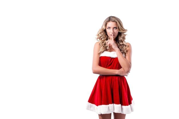 Portrait d'une femme blonde habillée en costume de nouvel an rouge debout isolé sur espace blanc isoler