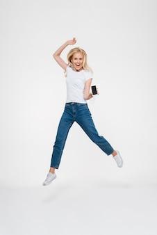 Portrait d'une femme blonde joyeuse excitée
