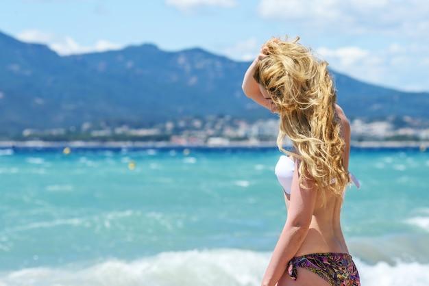 Portrait de femme blonde à la plage de cannes, france