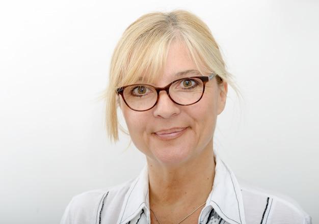 Portrait de femme blonde souriante mature