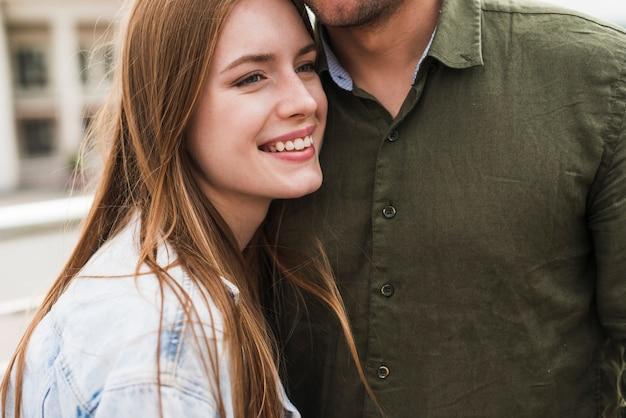 Portrait de femme blonde souriante avec son petit ami