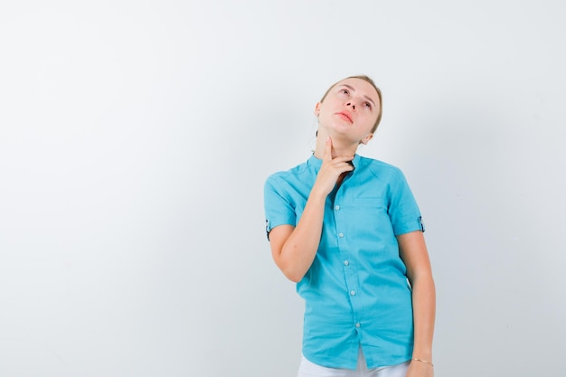 Portrait de femme blonde touchant son cou isolé