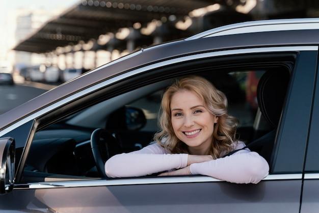 Portrait de femme blonde en voiture