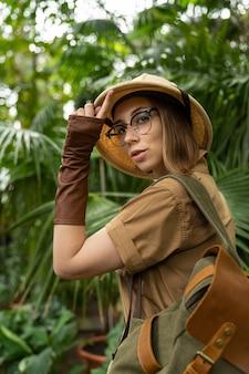 Portrait de femme botaniste en serre