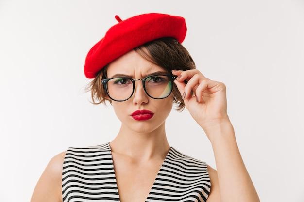 Portrait d'une femme bouleversée portant un béret rouge