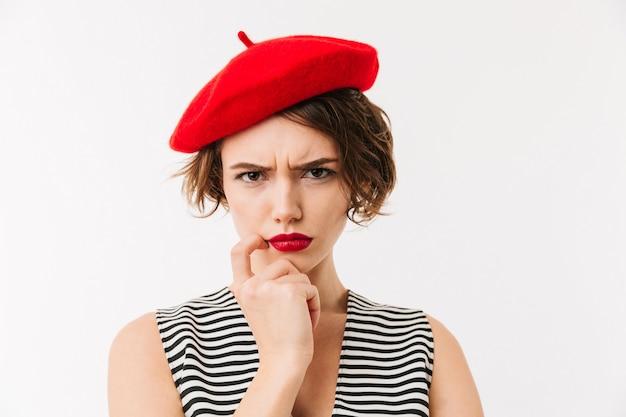 Portrait d'une femme bouleversée vêtue de béret rouge
