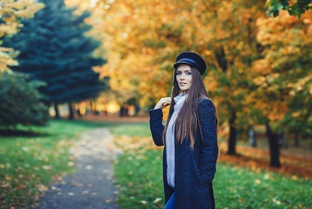 Portrait de femme brune au chapeau