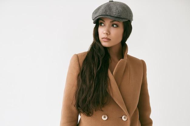 Portrait de femme brune belle glamour portant manteau