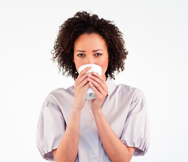 Portrait d'une femme brune, boire une tasse de café