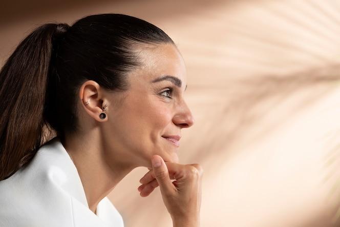 Portrait de femme brune élégante posant et souriant