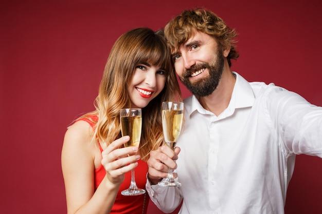 Portrait de femme brune avec son mari tenant un verre de champagne
