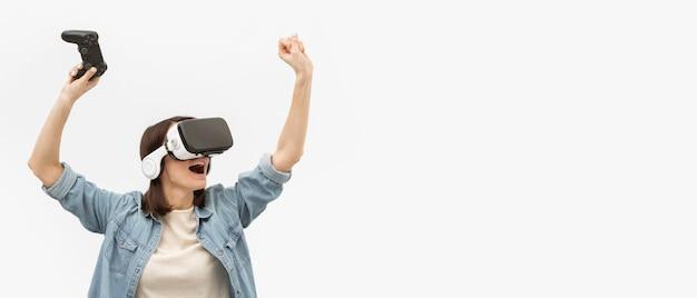 Portrait femme avec casque de réalité virtuelle jouant
