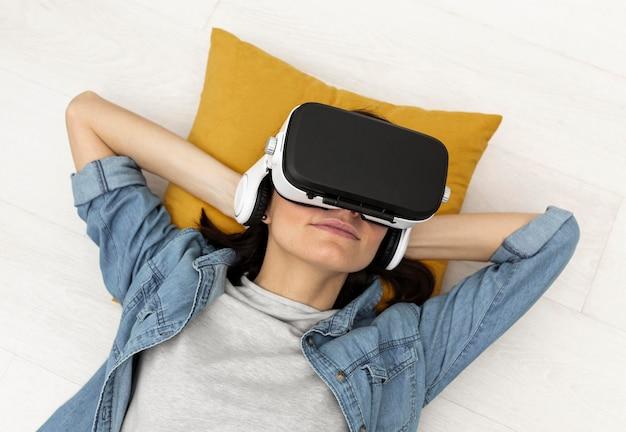 Portrait femme avec casque de réalité virtuelle