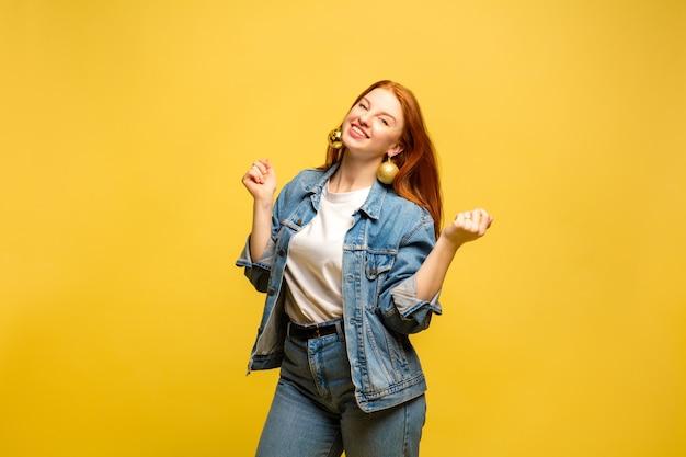 Portrait de femme caucasienne sur espace jaune