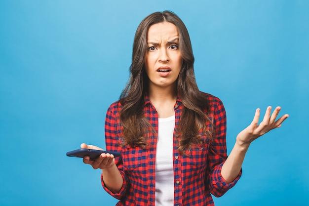 Portrait d'une femme caucasienne furieuse parlant au téléphone mobile