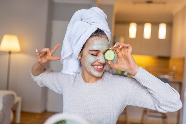 Portrait d'une femme caucasienne heureuse à l'aide de secrets naturels pour faire un soin de la peau.