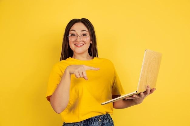 Portrait de femme caucasienne isolé sur jaune