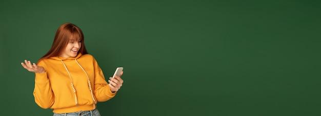 Portrait de femme caucasienne isolé sur vert
