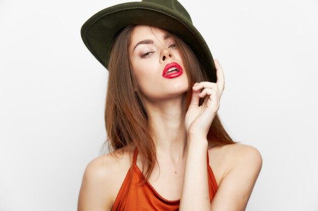 Portrait de femme chapeau glamour lèvres rouges look attrayant