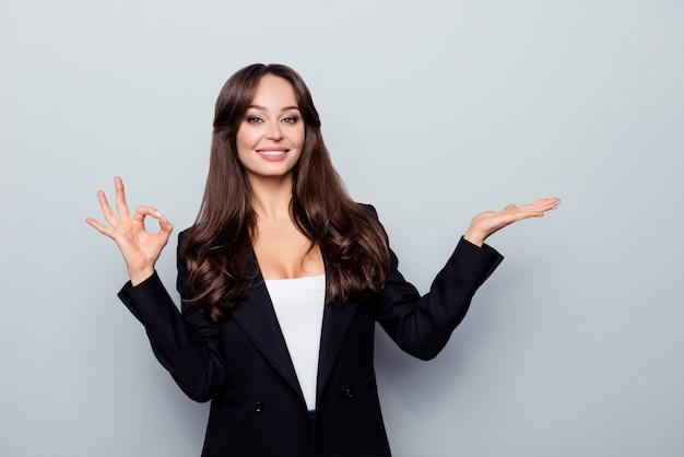Portrait de femme charmante en veste noire démontrant palm