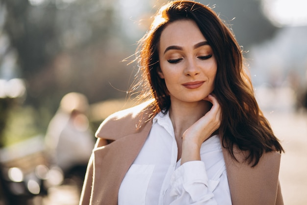 Portrait de femme en chemise blanche et manteau