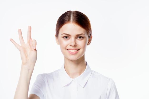 Portrait d'une femme en chemise blanche