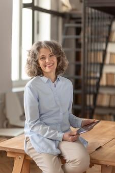 Portrait femme avec chemise formelle à l'aide de tablette