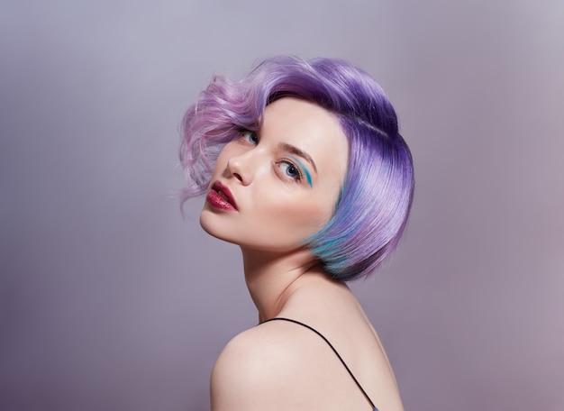 Portrait d'une femme avec des cheveux volants de couleurs vives, toutes les nuances de violet.