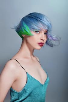 Portrait d'une femme avec des cheveux volants de couleurs vives