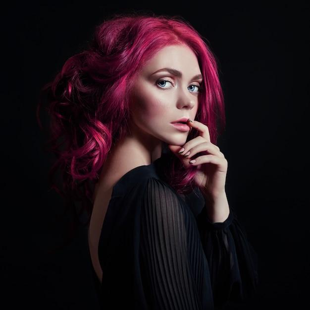 Portrait de femme avec des cheveux volants de couleurs vives