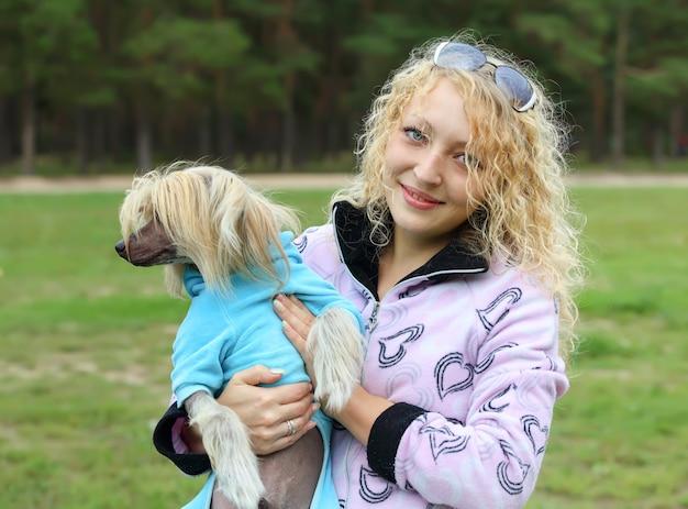 Portrait d'une femme avec un chien dans ses bras