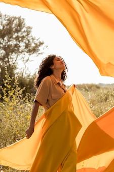 Portrait de femme avec un chiffon dans les champs