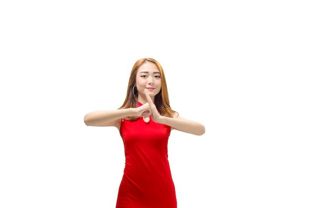 Portrait de femme chinoise en robe chengosam avec geste de félicitation