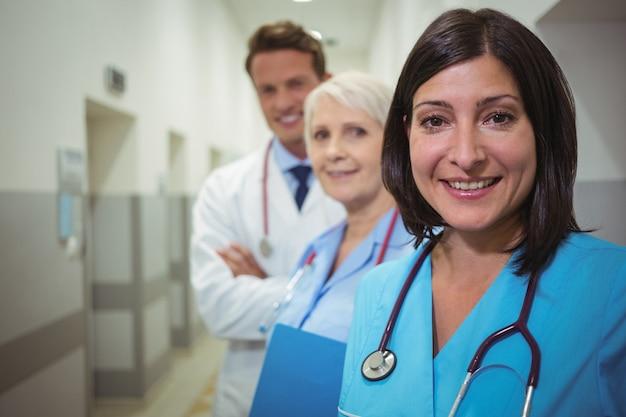 Portrait, femme, chirurgien, médecins, debout, couloir