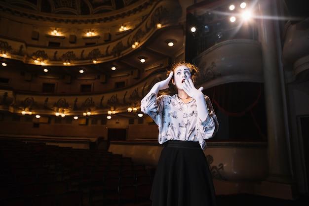 Portrait, femme, choqué, mime, debout, auditorium, regarder