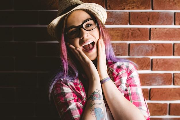 Portrait de femme choquée à lunettes