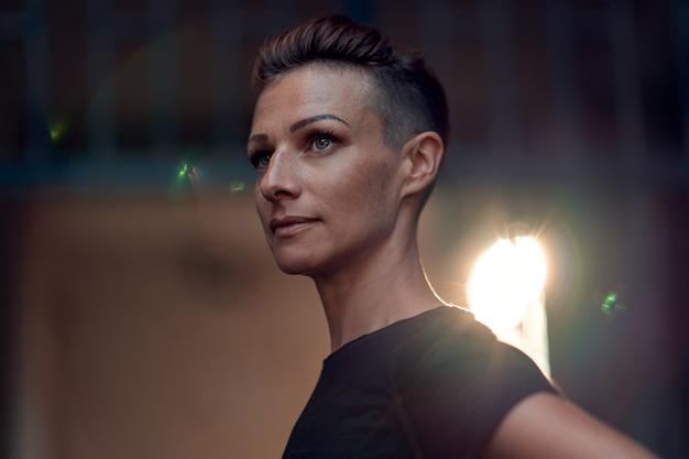 Portrait de femme avec une coiffure mohawk