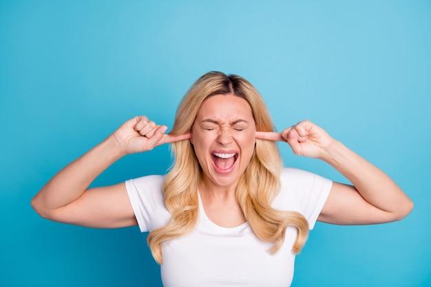 Portrait de femme en colère agressive éviter le bruit
