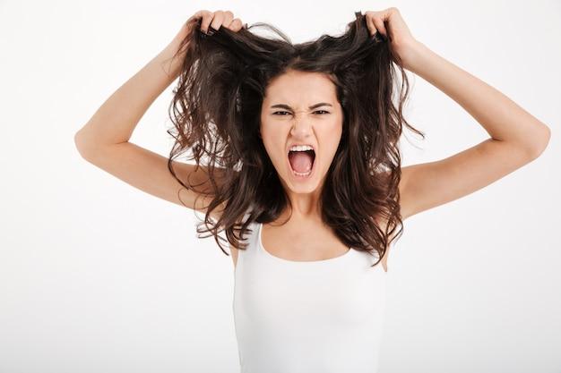 Portrait d'une femme en colère vêtue d'un débardeur