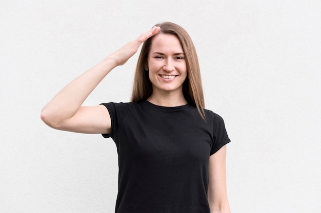 Portrait de femme communiquant par la langue des signes