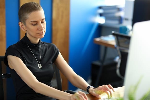Portrait de femme concentrée occupée en tapant sur le clavier. smart businesswoman sitting in office