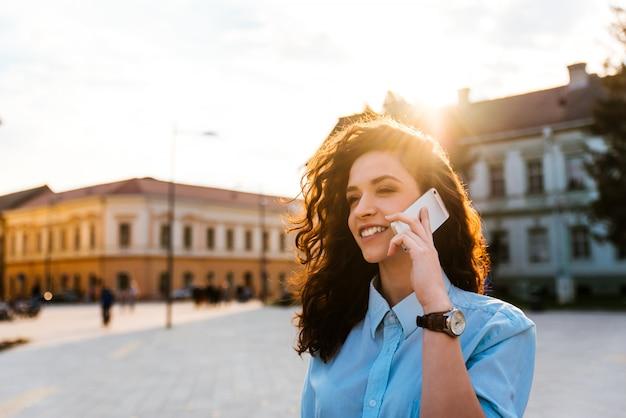 Portrait, femme, conversation, cellulaire, téléphone, rue