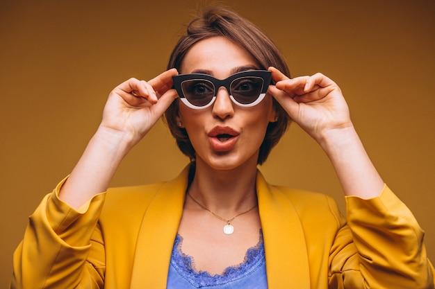 Portrait de femme en costume jaune isolé