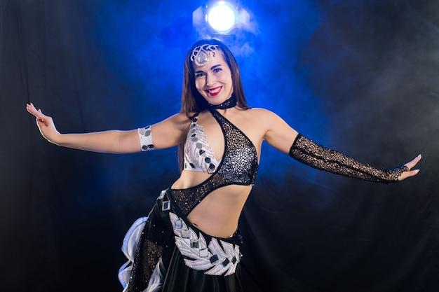 Portrait d'une femme en costume oriental effectuant la danse du ventre. concept de danse tribale fusion.