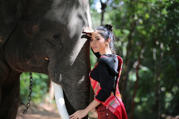 Portrait de femme en costume traditionnel thaïlandais avec éléphant