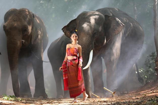 Portrait de femme en costume traditionnel thaïlandais avec des éléphants